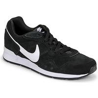 Obuća Muškarci  Niske tenisice Nike VENTURE RUNNER SUEDE Crna / Bijela